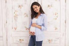 młoda kobieta oczekuje dziecka Brzemienność fotografia royalty free