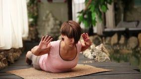 Młoda kobieta oddycha pozę blisko zdroju centrum basenu siedzi w joga zdjęcie wideo