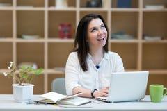 Młoda Kobieta odkrywający dobry pomysł przy pracującym miejscem zdjęcia stock