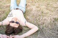 Młoda kobieta odpoczywa na trawie w wiośnie fotografia stock