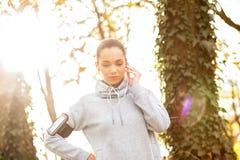 Młoda kobieta odpoczywa po jogging w parku zdjęcie royalty free