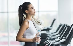 Młoda kobieta odpoczywa po treningu w gym fotografia stock