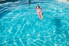 Młoda kobieta odpoczywa w basenie obraz royalty free