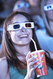 Młoda Kobieta Ogląda 3D film W Theatre Obraz Royalty Free