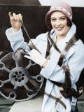 Młoda kobieta ono uśmiecha się z filmem zawijającym wokoło ona (Wszystkie persons przedstawiający no są długiego utrzymania i żad Obraz Royalty Free