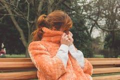 Młoda kobieta opakunkowa up na zima dniu Zdjęcie Royalty Free