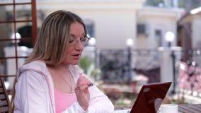 Młoda kobieta opowiada na Skype zbiory wideo