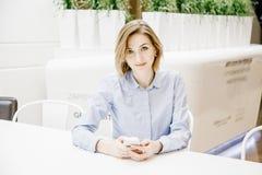 Młoda kobieta opowiada przez telefonu Dziewczyna siedzi przy stołem i robi rozkazowi kobieta jednostek gospodarczych Fotografia Royalty Free