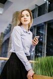 Młoda kobieta opowiada przez telefonu Dziewczyna siedzi przy stołem i robi rozkazowi kobieta jednostek gospodarczych Obraz Royalty Free