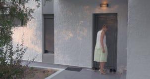 Młoda kobieta opuszcza do domu zbiory