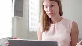 Młoda kobieta otrzymywa bardzo złą wiadomość na jej laptopu ekranie, spęczenie i udaremniający z niepowodzeniem zdjęcie wideo