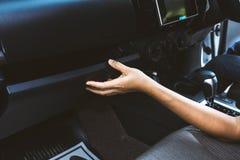 Młoda kobieta otwarty rękawiczkowy przedział w samochodowej scenie Fotografia Stock