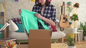 Młoda kobieta otwiera pudełko z drobnicowym wolnym mo zdjęcie wideo