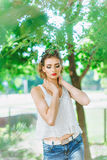 Młoda kobieta outdoors w białej koszulce i cajgach, z jaskrawym makeup, czerwone wargi Fotografia Royalty Free