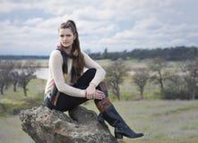 Młoda kobieta outdoors w szaliku i pulowerze zdjęcia stock
