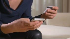 Młoda kobieta płaci z kredytową kartą na mądrze telefonie zdjęcie wideo