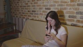 Młoda kobieta płacz z winem w rękach zdjęcie wideo