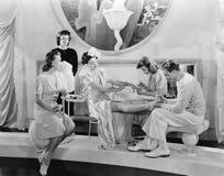 Młoda kobieta pampered trzy kobietami i mężczyzna (Wszystkie persons przedstawiający no są długiego utrzymania i żadny nieruchomo Fotografia Stock