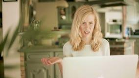 Młoda kobieta patrzeje jej laptop szokującego i obrzydzającego zdjęcie wideo