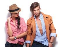 Młoda kobieta patrzeje jej przystojnego chłopaka Obraz Stock
