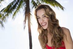 Młoda kobieta patrzeje kamerę, drzewko palmowe Obraz Royalty Free