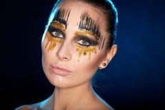 Młoda kobieta patrzeje kamerę z fantazją uzupełniał twarzy sztuki studia strzał Fotografia Stock
