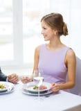 Młoda kobieta patrzeje męża lub chłopaka Zdjęcia Royalty Free