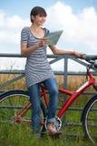 Młoda Kobieta Patrzeje mapę Podczas cykl przejażdżki zdjęcie stock