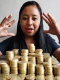 młoda kobieta patrzeje oszczędzania z brogować monetami meksykańscy peso zdjęcie stock