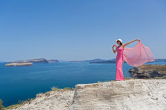 Młoda kobieta patrzeje pięknego dennego widok santorini greece zdjęcie stock