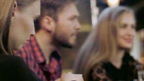 Młoda kobieta patrzeje telefon komórkowego zdjęcie wideo