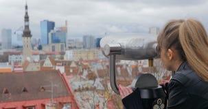 Młoda kobieta patrzeje teleskop na obserwacja pokładzie w Tallinn zdjęcie wideo