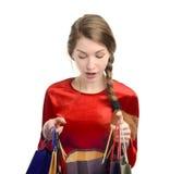 Młoda kobieta patrzeje wśrodku torba na zakupy. Obraz Royalty Free