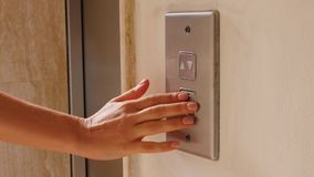 Młoda kobieta pcha winda guzika iść puszek Winda guzika pchnięcie zdjęcie wideo