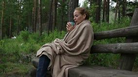 Młoda kobieta pije gorącą kawę lub herbacianą pobliską halną rzekę Spokojny i wygodny czas w halnym kurorcie zdjęcie wideo