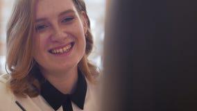 Młoda kobieta pije kawę i mówienie z frien w kawiarni zdjęcie wideo