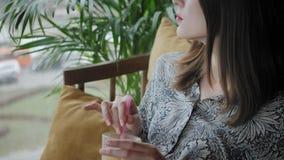 Młoda kobieta pije sok, bloging Freelancer praca w cukierniany nowo?ytny coworking Pomy?lni ludzie, biznesmen wewn?trz zbiory