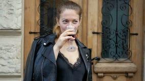Młoda kobieta pije wino od krystalicznego szkła i cieszy się napój Czas wolny pomyślni ludzie na drodze zbiory wideo