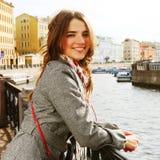 Młoda kobieta plenerowa na moscie Zdjęcia Royalty Free