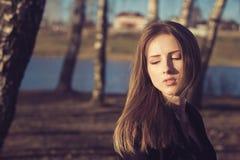 Młoda kobieta plenerowy emocjonalny portret obrazy royalty free