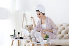 Młoda kobieta po prysznic robić uzupełniał zdjęcie royalty free