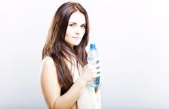 Młoda kobieta po sprawności fizycznej z ręcznikiem i bidonem Obraz Royalty Free