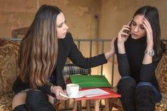 Młoda kobieta pociesza jej przyjaciela zdjęcia royalty free