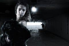 Młoda kobieta podążać nieznajomym fotografia stock