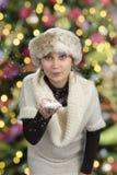 Młoda kobieta podmuchowy śnieg Zdjęcia Stock