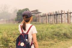 Młoda kobieta podróżnik patrzeje U bein most obraz stock