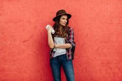 Młoda kobieta podróżuje samotnie obrazy stock