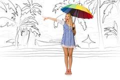 Młoda kobieta podróżuje tropikalną wyspę w podróży pojęciu Zdjęcia Royalty Free