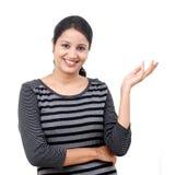 Młoda kobieta pokazuje coś lub kopii przestrzeń Obraz Royalty Free