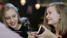 Młoda kobieta pokazuje coś w telefonie komórkowym zbiory wideo
